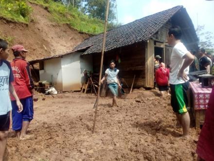 Hujan Lebat Di Desa Puyung Mengakibatkan Tanah Longsor