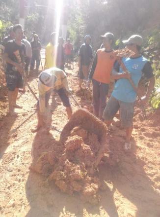 Kerja Bakti Membersihkan Material Longsor Yang Menimbun Jalan Desa