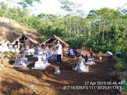 Kerja Bakti Membersihkan Makam Tradisi Menyambut Ramadhan