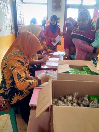 Posyandu Dusun Krajan Melakukan Pemberian Makanan Tambahan / PMT Kepada Para Balita