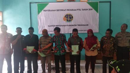 Penyerahan 131 Sertifikat Tanah Program PTSL Desa Puyung Tahun 2019