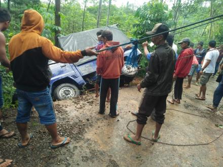 Pickup Terguling Di Jalan Sendang Kamulyan Desa Puyung